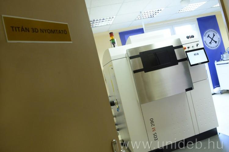 Világújdonság Debrecenben: titán csontpótlást nyomtatnak 3D-ben