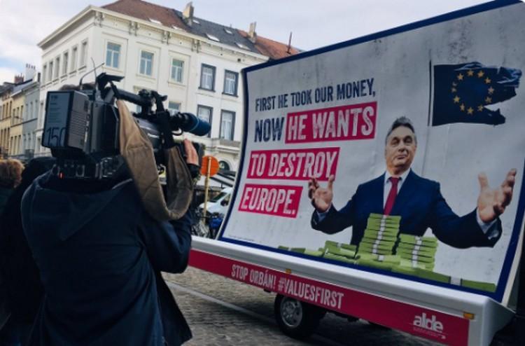 Brüsszelben óriásplakáton vágnak vissza Orbán Viktornak
