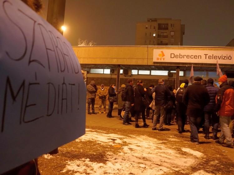 Kicsi, de dühös tömeg a Debrecen Televíziónál és a Fidesz-irodánál – FOTÓK, VIDEÓ