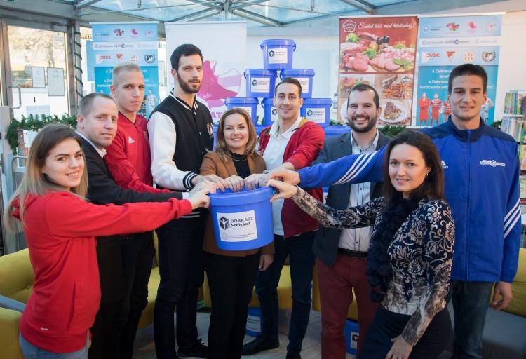 Kék vödrökbe gyűjtik az adományokat Debrecenben