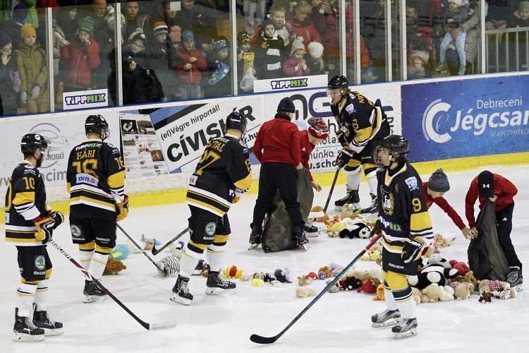 A debreceni szurkolók plüssjátékokat dobtak a jégre