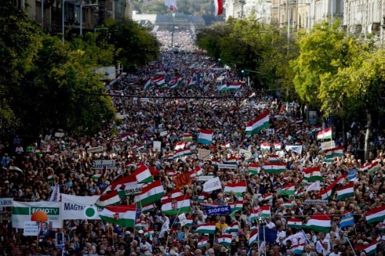 Válasz a tüntetésekre: Bayer Zsolt mozgósít