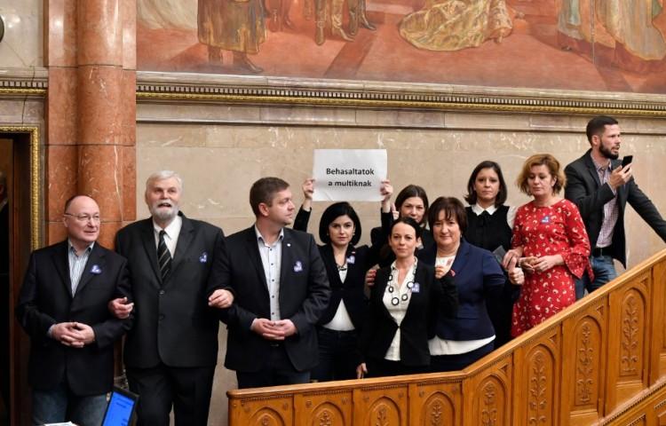 Súlyos büntetés kaptak a parlamentben balhézó ellenzéki képviselők