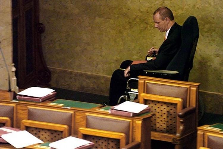 Elhunyt a magyar Országgyűlés első mozgáskorlátozott képviselője