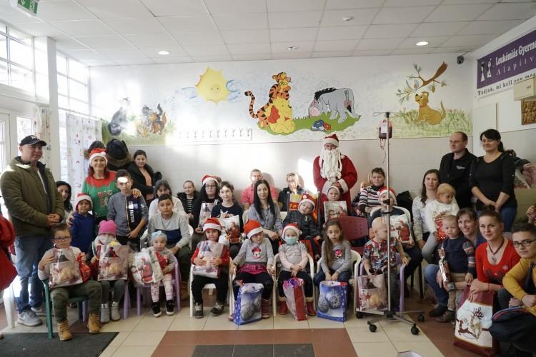Ajándékokkal lepték meg a beteg gyerekeket Debrecenben