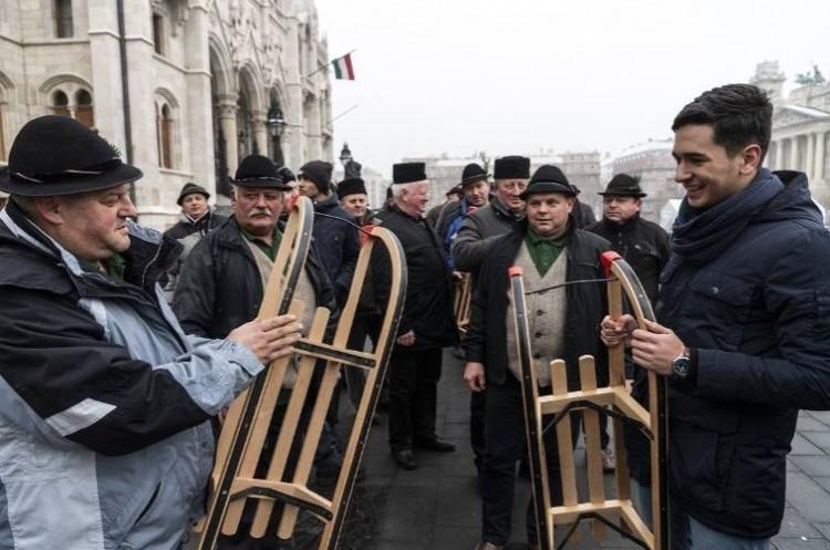 Székelyek vittek új szánkókat a Kossuth térre