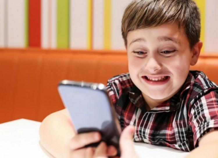 Itthon száz, gyerekes háztartásban 143 okostelefon van