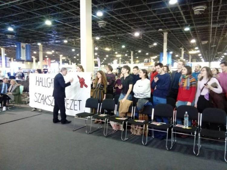 Dühös diákok üzentek a kormánynak
