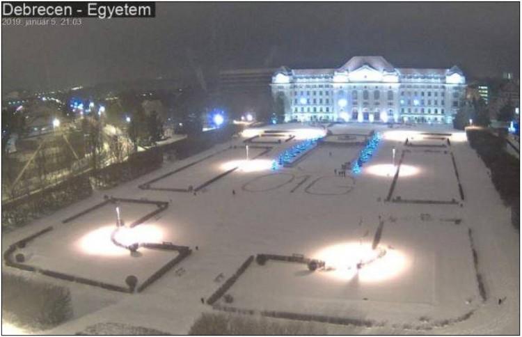 A szűz hóba írták Debrecenben: O1G