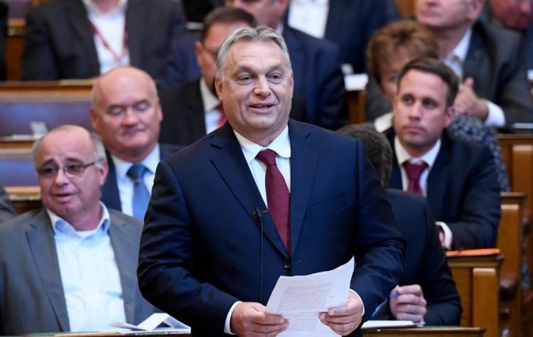 Orbán Viktor ellenzéki újságírók közé merészkedik