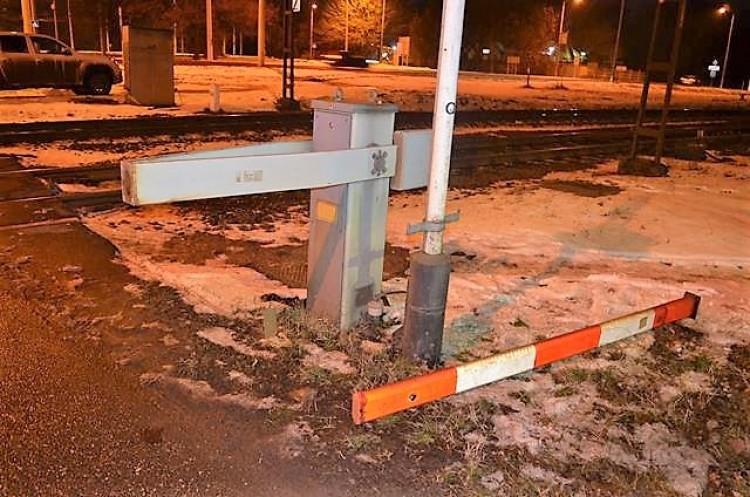 Letörte a sorompó rúdját egy autós Debrecenben