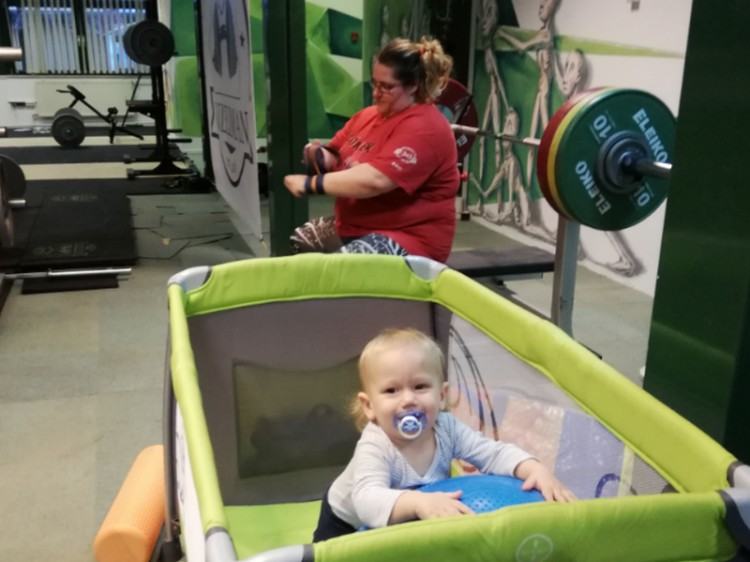 Egy magyar anyuka, aki 143 kilót nyom fekve