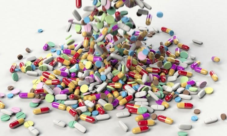 Vényköteles, cirill feliratos gyógyszert árult a zsibin