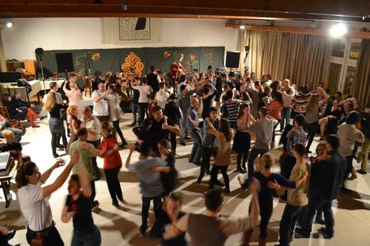Forradalmi táncházba csábítják a debrecenieket