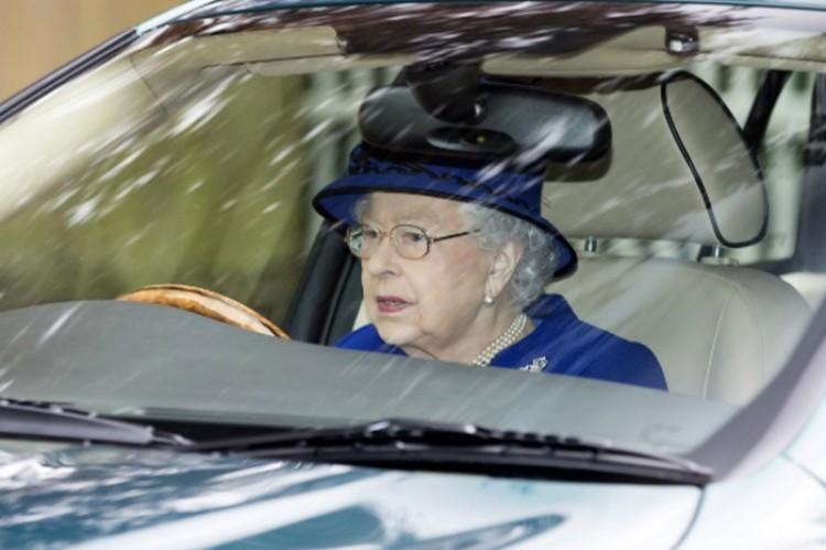 A királynő felhagyott az autóvezetéssel