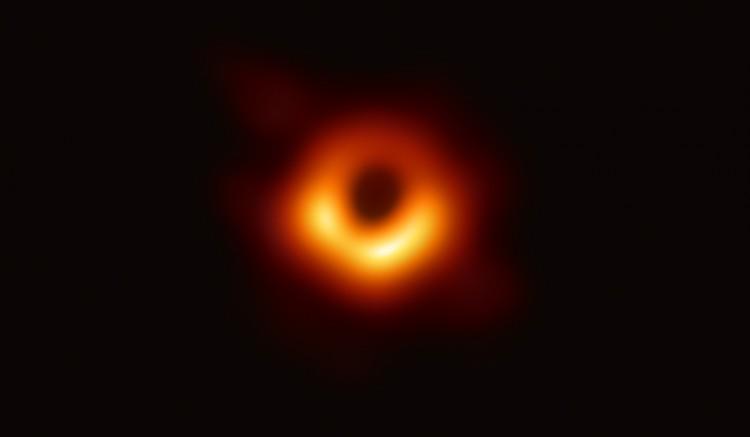 Világszenzáció: itt az első fotó egy fekete lyukról!