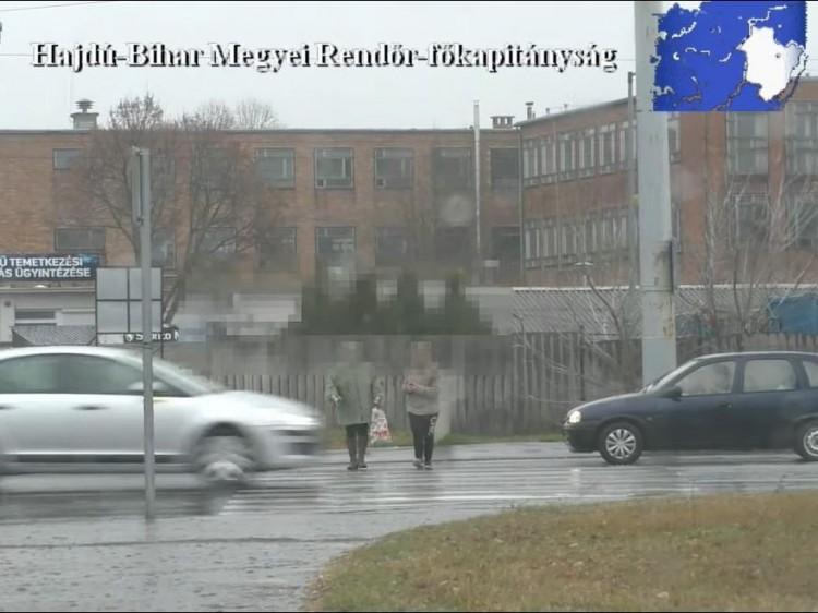 Kis híján elgázolták ezeket a debreceni gyalogosokat – VIDEÓ