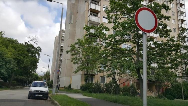 Döbbenet! Továbbra is elforgatják a KRESZ-táblákat Debrecenben