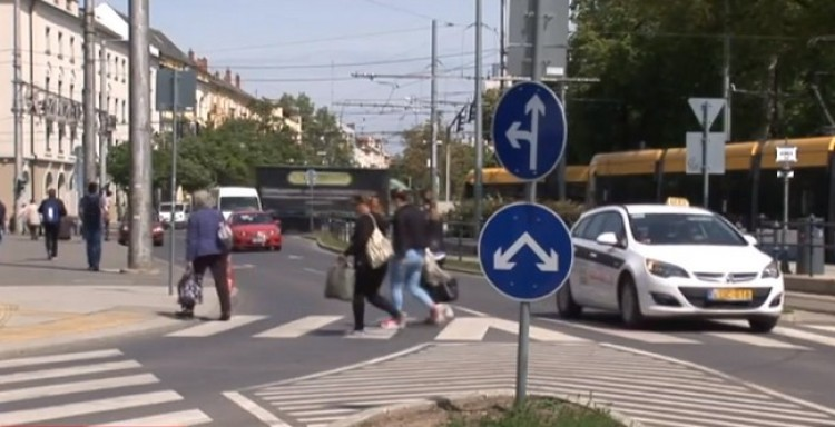 Hülyegyerek szórakozik a közlekedési táblákkal Debrecenben