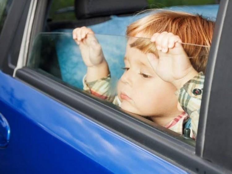 Gyermek rekedt egy autóban Debrecenben