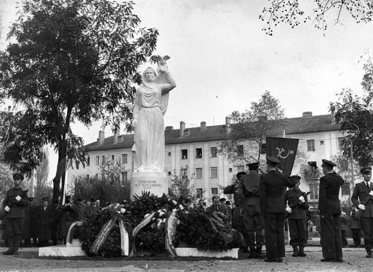 Debreceni köztéri szobor eltávolítását kérik