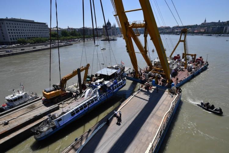 Kiemelték a Duna mélyéről a Hableányt! + Fotók!