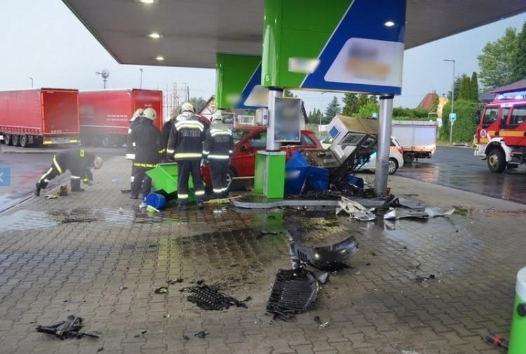 Megsemmisített egy autós egy benzinkutat Fejér megyében
