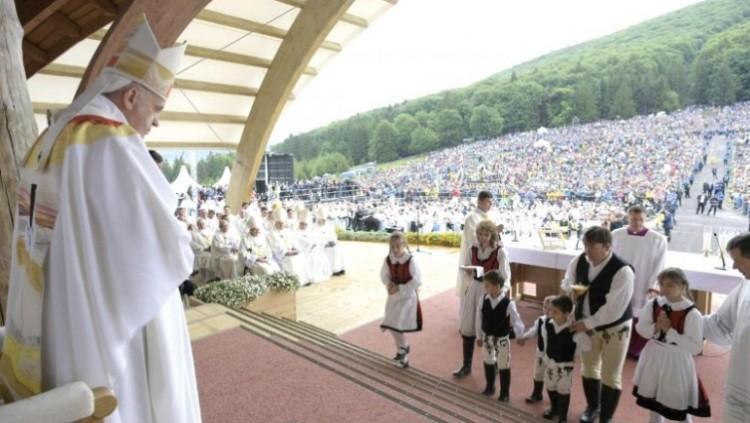 A románok nem tűrték a magyar feliratot a pápa ruháján