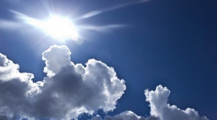 Marad a meleg, de felhőszakadásokkal újítanak az égiek