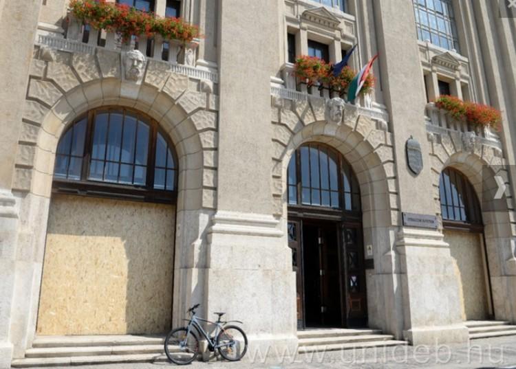 Ikonikus ajtókat szereltek le Debrecenben