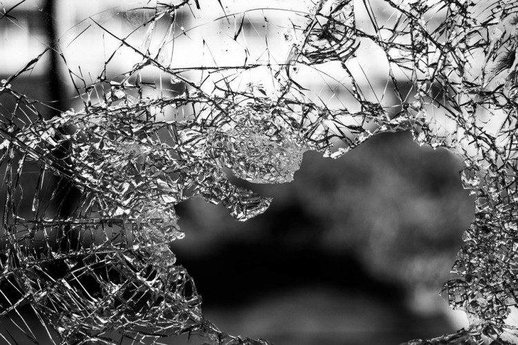 Kővel verte be a biharkeresztesi busz ablakát
