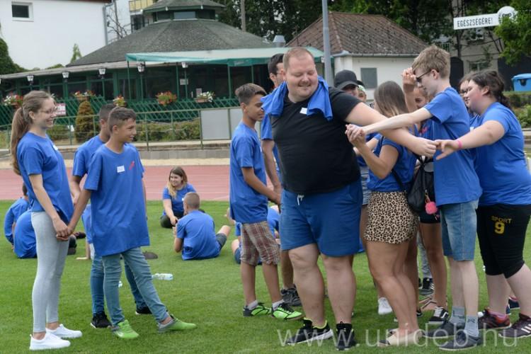 Debreceni nagy testvérek segítik a vidéki kisiskolásokat
