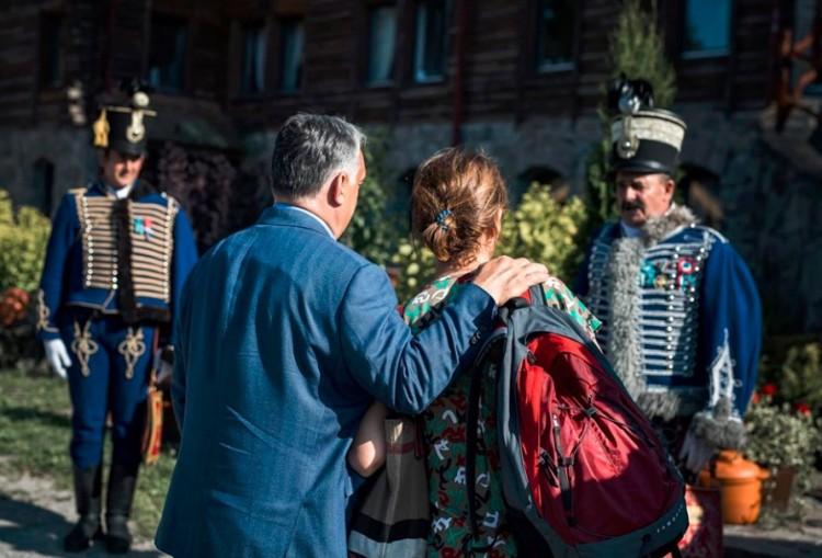 Orbán Viktor megérkezett, és rögtön a kezébe nyomták a pálinkát + VIDEÓ!