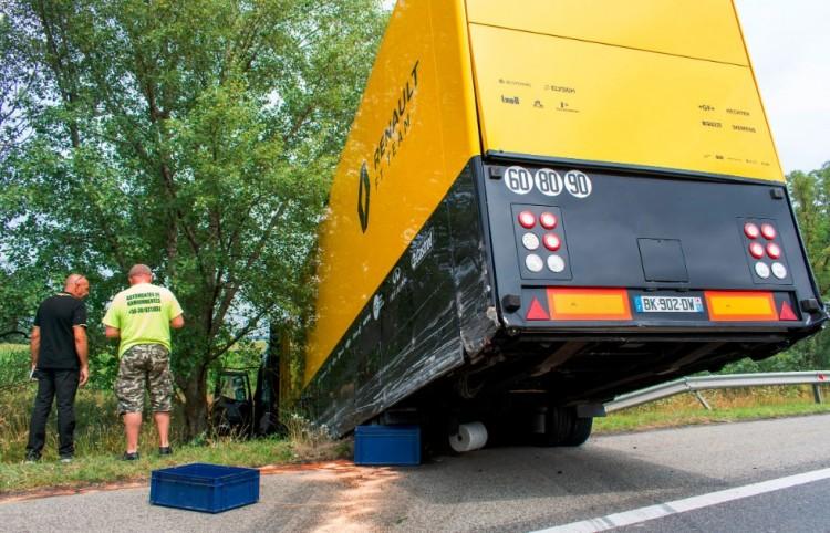 Forma-1 csapat kamionja az árokban a magyar autópályán!