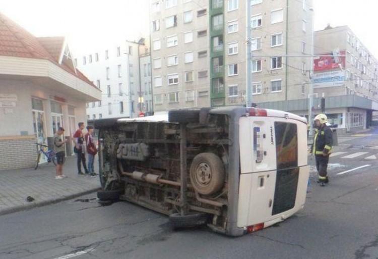 Kisteherautó nagy karambolja a debreceni belvárosban