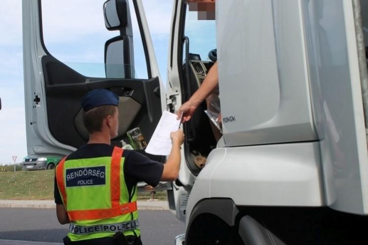 Egy héten át ellenőrzik a teherautókat és buszokat