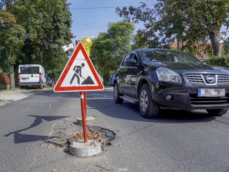 Fél méteren beszakadt a Diadal utca