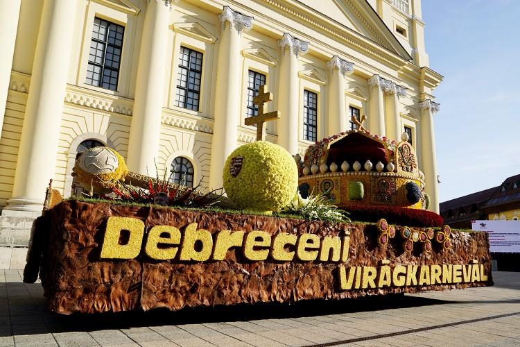 Nézzék, ezek a virágkocsik vonultak fel Debrecenben! – FOTÓK