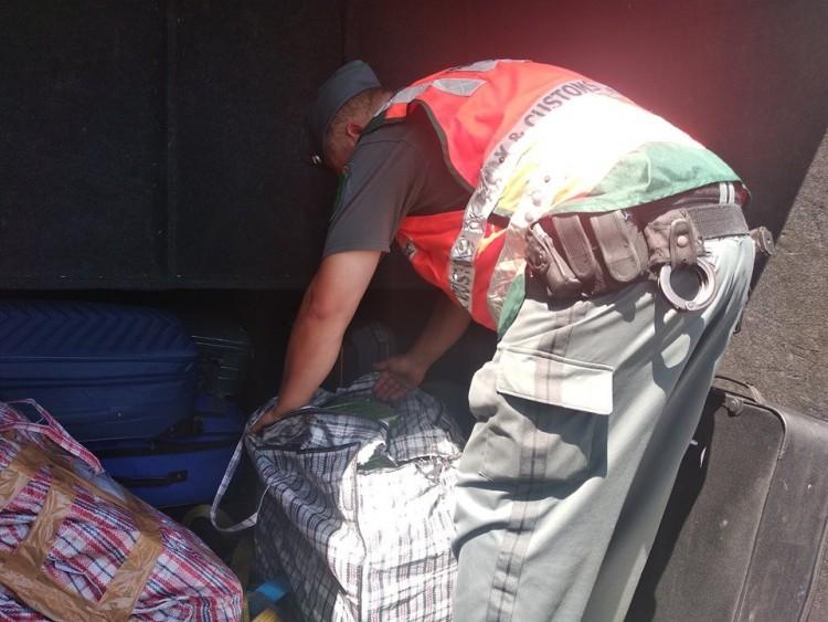 Nem gyümölcstea volt a román kisbuszban