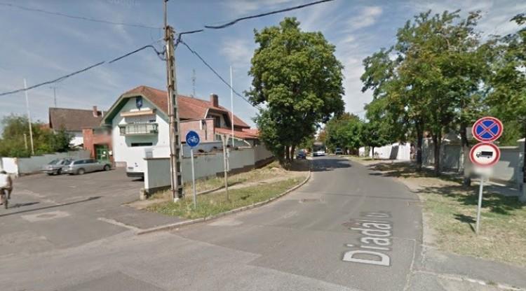 Beszakadt az útburkolat Debrecenben