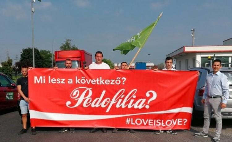 A melegreklámok miatt tiltakoznak a Coca-Colánál