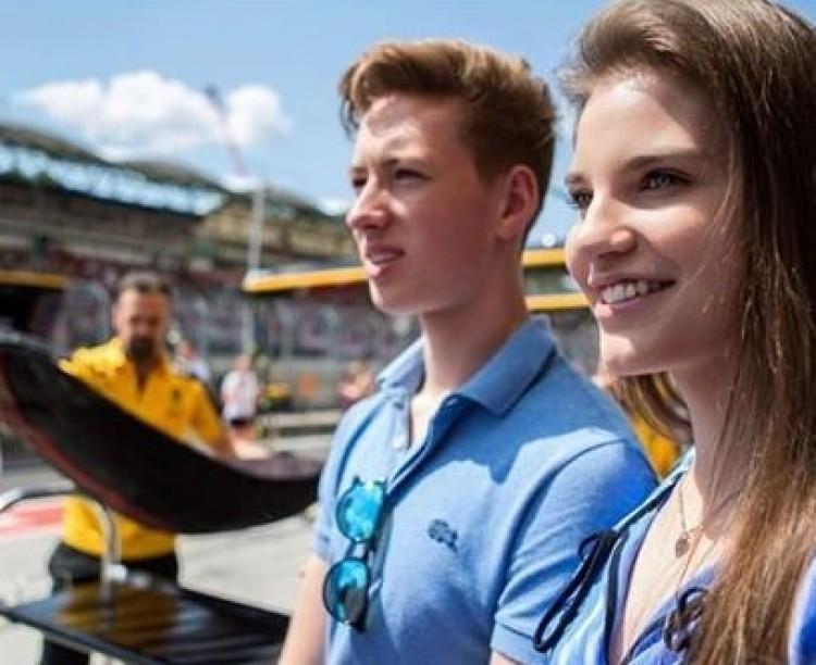 Gyönyörű, debreceni szerelmével fotózkodott Schumacher fia