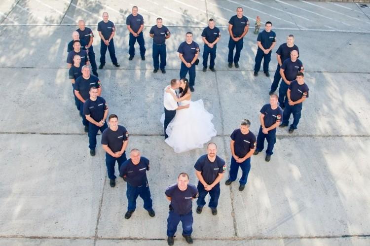 Íme, ilyen egy hamisítatlan debreceni tűzoltóesküvő!