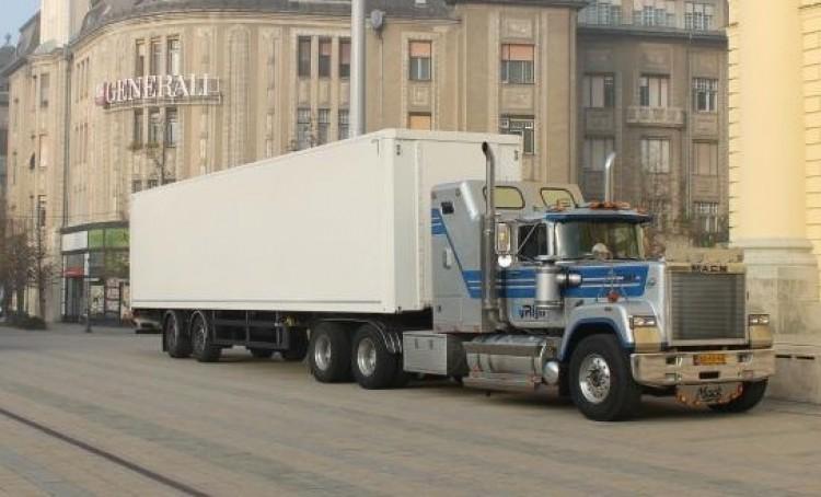 Egy kamionnyi adomány érkezik Apafára