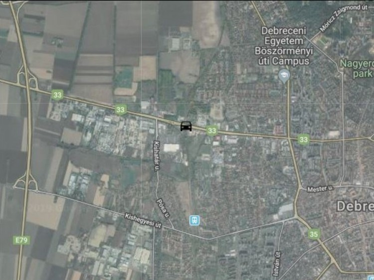 Személyvonatnak rohant egy autós Debrecenben