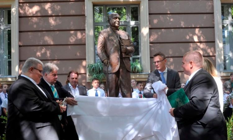 Ez is Magyarország: a tegnap emelt szobrot ma már ledöntenék