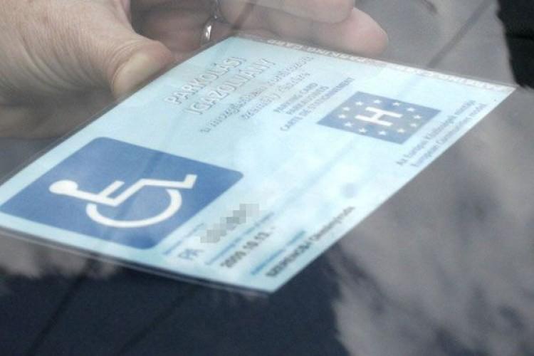 Fontos változás jön a rokkantkártyás parkolásnál
