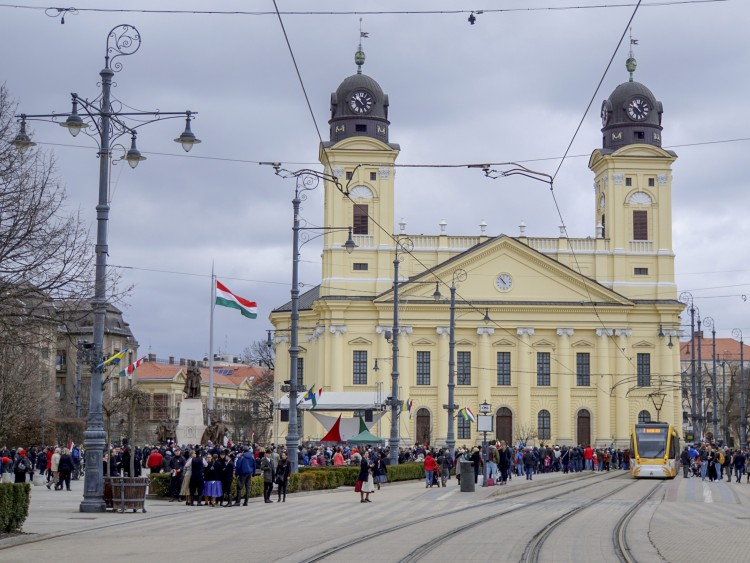 Félárbócra eresztik a zászlót Debrecen főterén