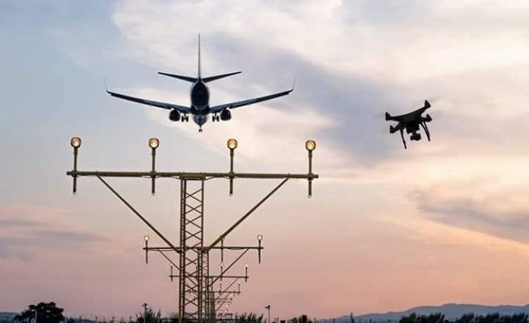 Valaki drónokkal szórakozott, többször le kellett zárni a repülőteret