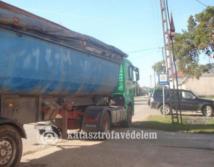 Kábelen akadt fenn egy kamion Biharkeresztesen